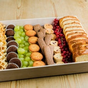 Gaufrettes bio - cake nature - mini-brownies bio - mini-financiers - assortiment de biscuits - fruits de saison